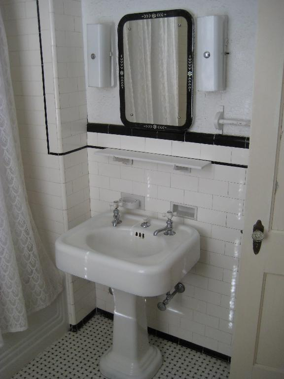 Unfurnished house annapolis maryland for Bathroom decor 1920 s